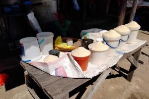 ザンビアの市場で売られているコメ